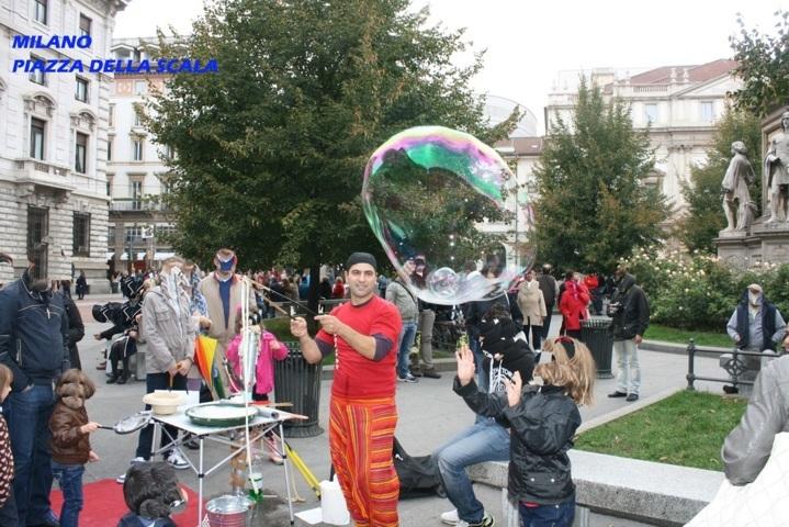 Milano p. della scala Prendendo una bolla gigante